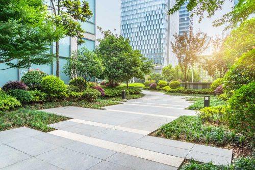 Moderne Parkanlage im Bürokomplex