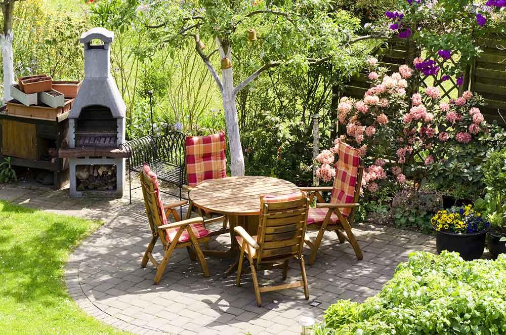 Tisch und Gartenkamin im Garten